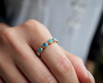 鮮やかな水色を小さく丸く型取ってポンポンと並べたような、遊び心のあるリング。可愛さと品の良さを絶妙なバランスで持ち合わせ、身につけていると心が明るくなるようなアクセサリーです。