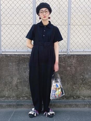 ベーシックなプチプラアイテムにデザイン性の高いものを組み合わせると、プチプラには見えず、より高見えするコーデになります。こちらは、個性的な吊りパンツにシンプルなユニクロの黒ポロシャツを合わせたオールブラックコーデ。小物で色を少し差してよりおしゃれに。