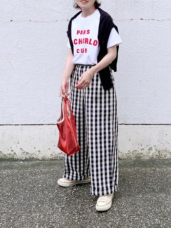 ギンガムチェックのワイドパンツに、ロゴTシャツとユニクロのクルーネックカーデを肩掛けしたコーディネート。ロゴTの赤とバッグがリンクしてとってもおしゃれです。プチプラアイテムのカーデも肩掛けするだけなら気楽にできて便利。