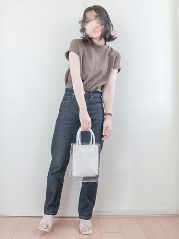 ユニクロの脚長効果もあるハイライズジーンズにTシャツを合わせたベーシックコーデ。サンダルとクリアショルダーバッグを持つことで、夏らしくトレンド感もあるスタイルになります。