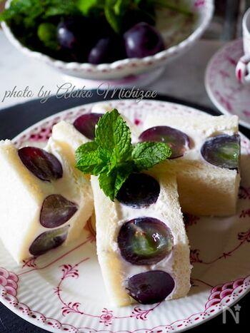 生クリームは使わず、水切りヨーグルトを使って作るぶどうのフルーツサンドです。水切りヨーグルトは、クリームチーズと合わせることでより一層濃厚に。ぶどうのさっぱりとした美味しさと濃厚なクリームとの相性は抜群です!