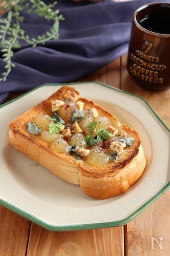 フレッシュなぶどうとブルーチーズをのせたトーストレシピ。チーズの塩気とぶどうやはちみつの甘さがマッチした絶妙な美味しさ。バケットで作ればワインに合うおつまみにもなりますよ。