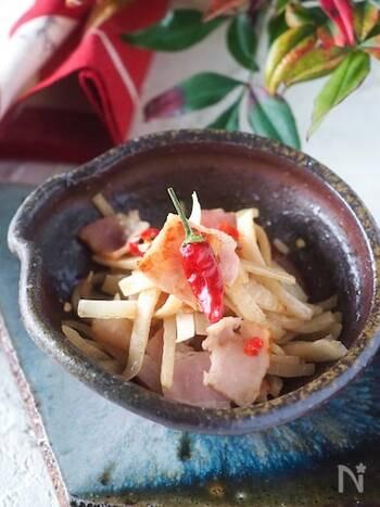 面取りした大根の切り端も使った大根の皮のきんぴら。  醤油、みりん、砂糖のベーシックな味付けですが、ベーコンを加えることで旨味をプラス。鷹の爪がピリリと効いたご飯が進む味です。