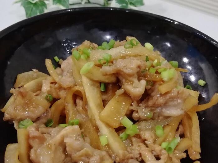 あっさりとした味の大根とこってりした豚肉は一緒に調理したい食材です。  大根と豚肉を炒めて焼肉のタレと和風ダシで味付けした一品。脇役と思われがちな大根の皮ですが、お肉と合わせれば立派な主菜として食卓に出すことができますよ。
