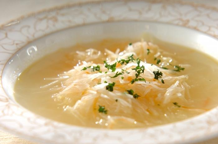 フランス語で「千切り」を意味するジェリンヌ。ジェリンヌスープは、その名の通り千切りの具材が入った洋風のスープです。  こちらのレシピでは皮つきの大根を薄く輪切りにしたものを千切りにしています。一緒に入っているニンジンももちろん皮ごと。皮ごと使って栄養満点のスープを作りましょう。