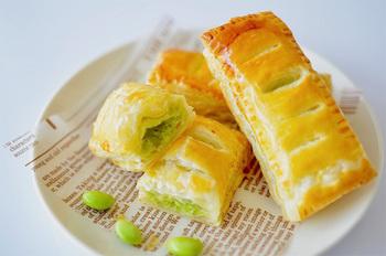 サクサクのパイに、綺麗な緑色のずんだあんがマッチしたずんだパイ。パイは冷凍パイシートを使うのでお手軽です。あんもフードプロセッサーで混ぜれば、あっという間にできますよ。