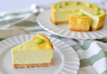 枝豆×チーズケーキは珍しい組み合わせですが、新たな美味しさを発見できます。フードプロセッサーで細かくした枝豆が生地に混ざっていて、食べるとほんのり枝豆の香り。仕上げに枝豆をトッピングすると、見た目が可愛いですね♪