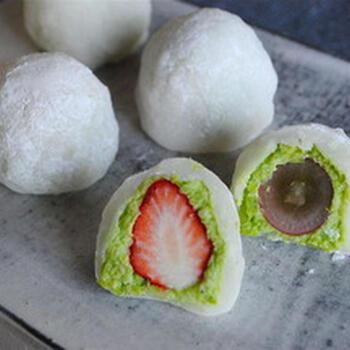 小豆の代わりに枝豆を使って作るフルーツ大福。生クリームを加えたなめらかなずんだあんと、もっちりした皮は相性抜群◎フルーツのジューシーさも楽しめます。