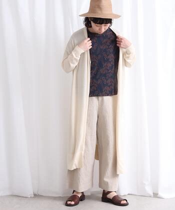 薄手で軽いカーディガンは、初秋の温度調節にも便利な一着。ロング丈をコートのように羽織ればぐっと秋らしさが。インナーTシャツをダークカラーにすることでゆるっとスタイルも引き締まります。