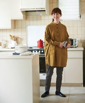 キャンバス生地で耐久性があり、大きなポケットが便利なビッグサイズシャツは家事をするときの強い味方です。トップスにマスタード持ってくるだけで一気に秋のにおい。柄物のスキニーパンツでありがちコーデに個性を出して。
