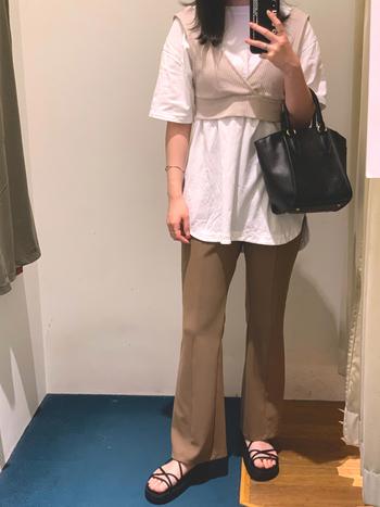 Tシャツの上に重ねるだけで雰囲気がガラッと変わるビスチェとスラックスを使った、落ち着いた色合いのスタイリング。どちらもGUで、気になるトレンドアイテムも気楽に試せるのもプチプラアイテムの良いところです。小物は黒でクールに上品にまとめて。