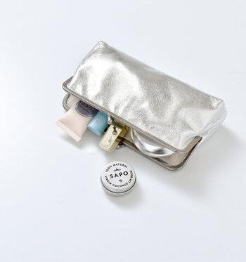 がま口型の長財布ではありますが、ふくらみのあるデザインで収納力もそこそこあり、ドレスアップ時はクラッチまたはバックインバッグとして小物やお財布、最低限の小物入れに活躍してくれそうなアイテム。パーティーシーンに持つなら、メタリックカラーがおすすめです。
