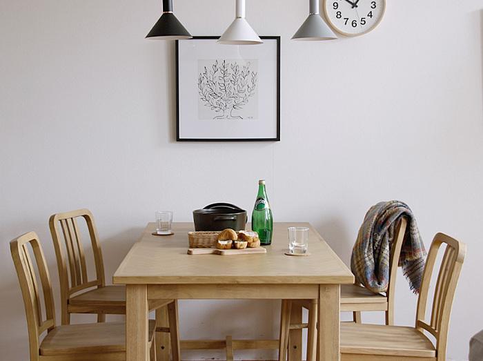木目調のブラックフレームに収めた「低木」のアートポスターです。フレームが変わるだけで、印象も大きくチェンジ!シックで落ちつきのある雰囲気を演出できますね。  52cm×52cmのフレームは、ダイニングテーブル横にもぴったり。こちらもコンパクトなサイズ感で、気軽に飾れますよ。