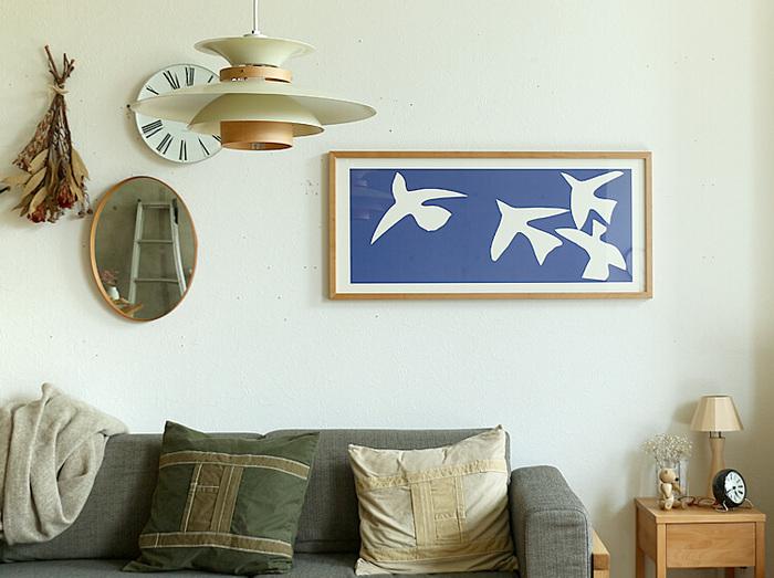 マティスの「Les oiseaux(青い鳥)」をナチュラルな天然木のフレームに収めたアートポスターです。深みのあるブルーの背景に白い鳥が、とても爽やかな印象。