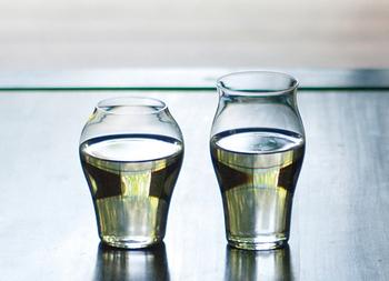 こちらは二種類のグラスがセットになった、廣田硝子の日本酒飲み比べグラス。異なる形状のグラスで、味や香りの違いを楽しんでみてはいかがですか?夏の夜のお供におすすめです。