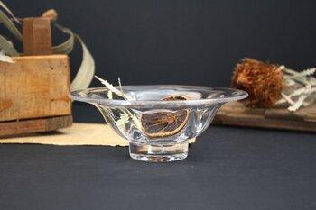 吹きガラスならではのゆらぎや気泡といった、一点一点異なる手仕事の跡が感じられるガラスの浅鉢。曲線を描いて広がるようなこの形は、意外とどんなお料理も引き立ててくれます。