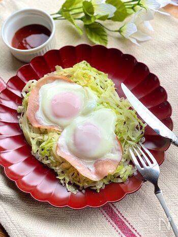 千切りキャベツを炒めて、その上にハムエッグをつくるユニークレシピ。野菜と卵、ハムで栄養バランスも抜群ですね。一番上の卵に火を通すために、弱火のまま蓋をして。  ハムなしで、「キャベツの巣ごもり卵」にしても美味しいですよ。