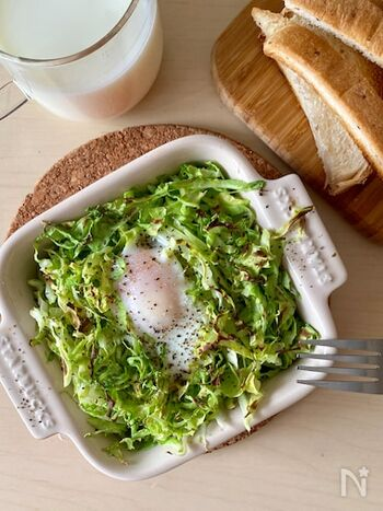 耐熱容器に入れた千切りキャベツと卵をトースターで焼き上げる巣ごもり卵。キャベツを焦がさず、卵にしっかり火を通すには、アルミホイルを上からかけて加熱時間を延長。  ひとり分ずつ作れるので、忙しい朝にも重宝するトースターレシピです。