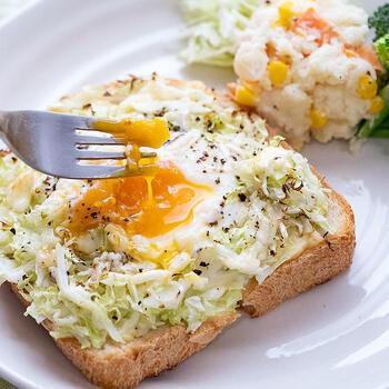 ■巣ごもり卵のキャベツトースト  パンにハムとチーズ、千切りキャベツをのせて、卵を落としたキャベツトーストです。材料を全部のせたら、あとはトースターにおまかせ!栄養バランスがいいので、普段の朝食にも活用したいレシピです。