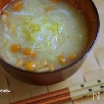 千切りキャベツとなめこの味噌汁です。  じっくり煮たキャベツは甘味がたっぷり!とろりとしたなめこの食感ともよく合って、ほっとひと息つける優しいお味に仕上がります。