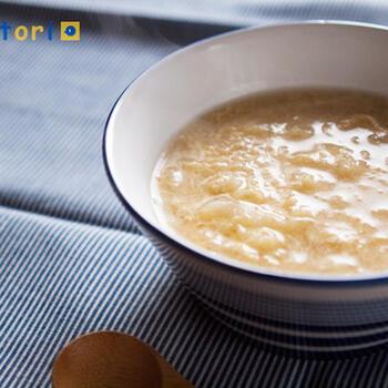 千切りキャベツとかき玉のスープ。オイスターソースと黒酢で中華風に仕上げています。  水溶き片栗粉でゆるくとろみをつけて、アツアツをキープ!細めのふんわり千切りキャベツで作れば、卵とよく絡んで優しいお味に。太めの千切りキャベツで作れば、食べごたえのあるスープにできますね。