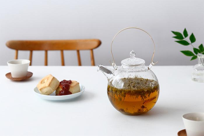 丸いシルエットが美しいガラスのポット。食卓に何気なく置いているだけでも涼やかで存在感がありますよね。お茶だけではなく暑い夏にはウォーターサーバーとしてもおすすめです。