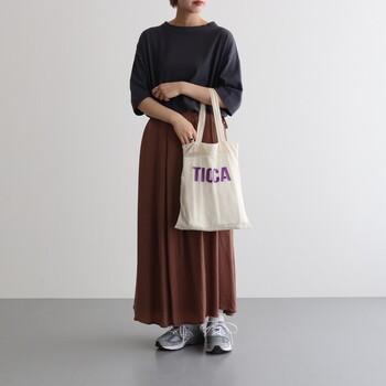 無地のTシャツにロングスカートというノーマルなスタイルも、色味次第で深みのあるユニークなコーデに。エコバッグの白とちょっとだけあるパープルも、暗くなりがちな秋コーデのバランスを整えてくれています。