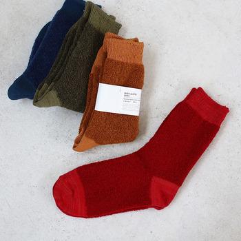 ベビーアルパカの毛をコットンとミックスしたクッション性のある靴下は、機能だけでなく見た目もあったか。ワントーンコーデの差し色にも◎