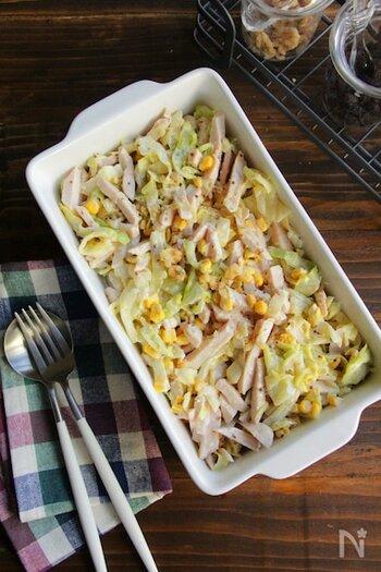 蒸し鶏とキャベツの千切りを合わせたコールスローです。オリーブオイル&マヨネーズに、コクのある粒マスタードをプラスしてアクセントに。  千切りキャベツはレンジ加熱したら、しっかり水気を切ってから材料と和えます。キッチンペーパーで余分な水分を拭き取っておけば万全です。