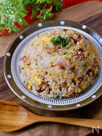 基本の定番レシピはこれ!家にあるシンプルな材料で手軽に作れます。しっかりと味のついた焼き豚を使うので、調味料は控えめに味付け。焼き豚の代わりに豚肉やハム、ウインナーを使ってもおいしくできますよ◎鶏ガラ味が決め手の奥深い味を楽しんでみて。