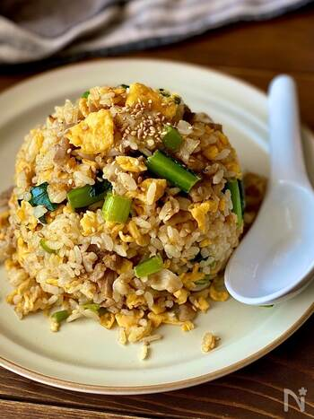 小松菜たっぷりのチャーハン。小松菜は茎まで無駄なく使うことで、シャキシャキとした食感がアクセントに。卵を炒めるときはマヨネーズを使うのがポイント!コクが出で美味しくなるのだそう。ラードで炒めれば、よりお店に近い味に◎
