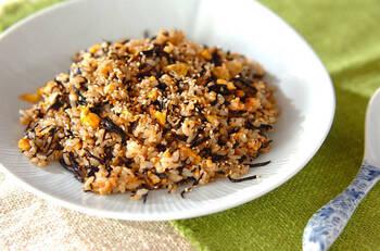 芽ひじきとサケフレークの入ったチャーハンです。味付けは麺つゆにおまかせ。サケフレークの塩気が効いているので、塩加減は味見をして調整してくださいね。栄養たっぷりの海の幸チャーハン、ぜひお試しあれ。
