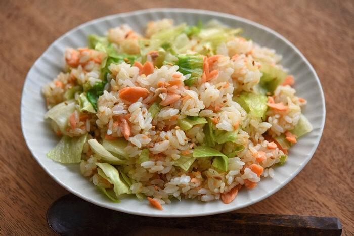 塩鮭にひと手間加えて美味しさアップ!生姜の風味が香る彩りキレイなチャーハンです。塩鮭は茹でで火を通してから、ごま油と生姜で炒めることで香りを付けます。鮭フレークでも代用可。レタスは食感と色合いを残すために最後に加えてサッと炒めることがポイントです。お好みでコショウをかけて召し上がれ♪