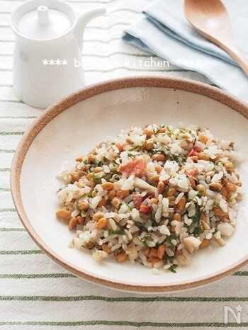 食物繊維たっぷり!納豆ときのこのチャーハンです。ご飯は少なめでもボリューム満点。整腸効果や美肌効果が期待される食材を贅沢に使った女性にはうれしい一品です。仕上げに梅と青じそを加えて、さっぱりとした味わいが美味◎