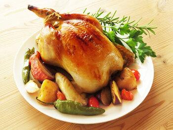 クリスマスはもちろん、ホームパーティーのメインディッシュにもぴったりの丸鶏のローストチキン。ブライン液にハーブなどとともに5時間~一晩漬け込みます。あとは野菜と漬け込んでいたハーブをおなかに詰めてオーブンで焼くだけ。味付けは不要です。しっとり柔らかで豪華なローストチキンが簡単な手順で完成します。