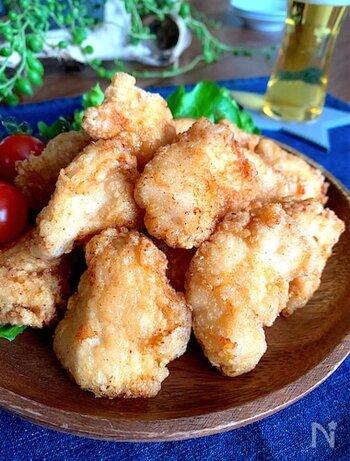 鶏むね肉とは思えない、ジューシーで柔らかな唐揚げ。ザクっとした歯応えと、じゅわっとあふれるうまみエキス。味付けしたあとは、できるだけ早く揚げると柔らかさが保てるようです。下味を付けた状態で冷凍もOK。