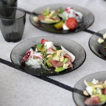 長い歴史を持つスウェーデンのガラスブランドKOSTA BODA(コスタ ボダ) のサイドプレート。副菜やデザートを乗せるのにぴったりな万能サイズのプレートで、モダンなスモーキーグレーが食卓を一気にスタイリッシュにしてくれます。