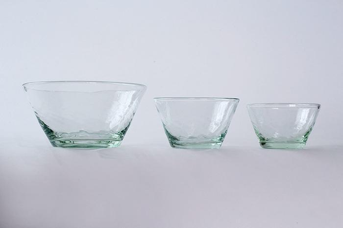 沖縄で再生ガラスを学んだ平岩愛子さんによるガラスブランド「ニジノハ」。厚みのある質感と淡い緑色のガラスが涼やかさを感じ、お料理を新鮮に美味しく引き立ててくれます。3種類の大きさがあるこのフリーカップはいずれも絶妙な大きさで、使い方を限定せずに色んな用途で使うことができます。