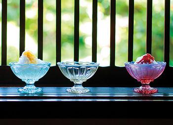 レトロな佇まいのこちらは、かき氷におすすめのガラスの器。3色展開でどの色もかき氷に合う色。かき氷だけではなくアイスクリームやゼリーにもおすすめ!より夏のムードを感じられるおすすめの器です。
