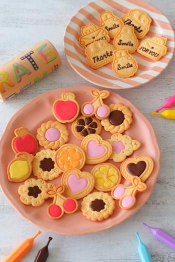 ディズニー版のアリスが食べたクッキーみたいな、カラフルなデコレーションクッキー。こんなかわいいクッキーなら、巨大化しても食べたいかも。