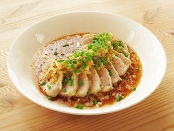 ブライン液に漬け込んだ鶏むね肉を蒸し鶏に。せいろや蒸し器がなくても、フライパンでできます。コクのあるたれに、鶏肉を蒸したときに出る鶏スープを加えることで、うまみたっぷりの極上のねぎだれになります。
