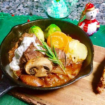 冷凍の牛肩ロースブロック肉をブライン液に漬け込み、下準備。そのあと、赤ワインたっぷりのマリネ液に肉と野菜を一晩漬けます。そして、肉だけをまず焼いて取り出し、次に野菜をじっくりと炒めて肉を戻したら、マリネ液を加えてことこと煮込んで。時間はかかりますが、手順は簡単。とびっきりのごちそうができあがりますよ。