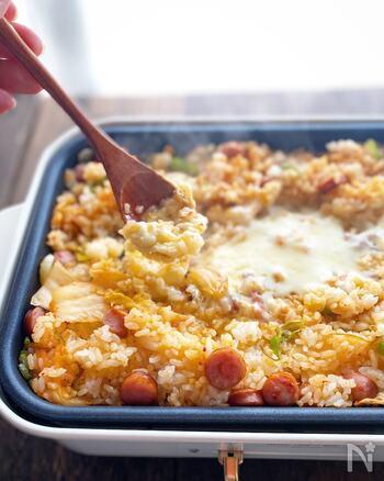 おうち時間のメニュ-にピッタリ!ホットプレートで作るキムチーズチャーハンです。キムチチャーハンに、とろ~りととろけるチーズを絡ませながらいただきます。ぜひ、家族みんなで食卓を囲んでアツアツを楽しんで♪