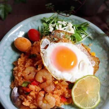 いつもとちょっと違うエスニック風のチャーハンはいかが?チリソースとケチャップ、ナンプラーで味付けして、インドネシア料理のナシゴレン風に仕上げています。エビも入って食べ応えもあり。お好みでパクチーやレモン汁をかけてもおいしく楽しめますよ◎