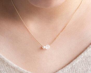 伊勢志摩産のあこや真珠とガラスの組み合わせで、幻想的な雰囲気漂うネックレス。雪のような輝きを放つガラス、穏やかに光る真珠。どんな場面でもつけていたくなる、洗練されたデザインです。