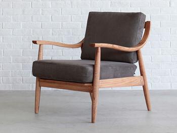 大きなソファよりも、デザインが豊富なのが1人掛けの木枠ソファ。木×コーデュロイの雰囲気がとても落ち着いた大人な印象ですね。