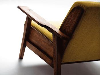 横から見ると木枠の面積が多く見えて、趣のある印象に。使い込むほどにツヤ感が増していくのも楽しみにしたいソファです。