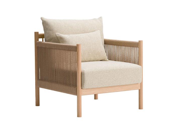 繊細な印象の木枠にペーパーコードを編み込んだソファは、華奢な印象でとっても上品な佇まいが魅力的。高さの低いソファはお部屋でも圧迫感がなく、ゆったりとした印象を与えてくれます。