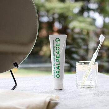 水なしでも使えるうえに、歯みがき・口腔ケア、口内を潤す口内保湿の3つの効果が嬉しい「ORALPEACE(オーラルピース)」の歯磨き・口腔ケアジェルは、水と植物由来の安心の食品のみで作られています。