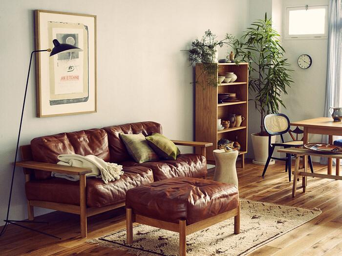木枠×レザーのどちらも時間と共に変化する色合いを楽しみたいソファ。二人掛けですが、ソファでゆったりと過ごしたい一人暮らしの方にもおすすめです。少し幅の広いアームボードは、カップや本を置いたりとサイドテーブルの様な役割もしてくれます。